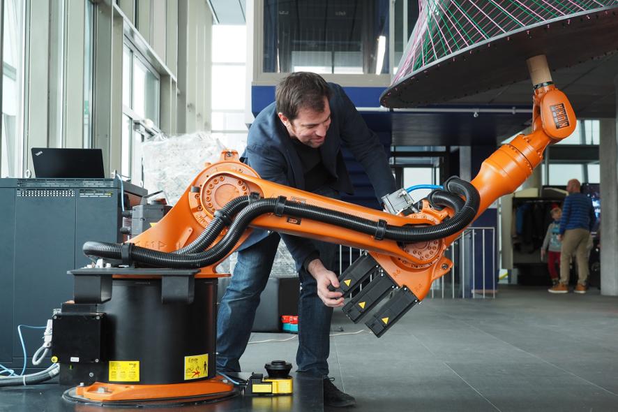 Johannes Braumann_Robot Doing Nothing_886x590
