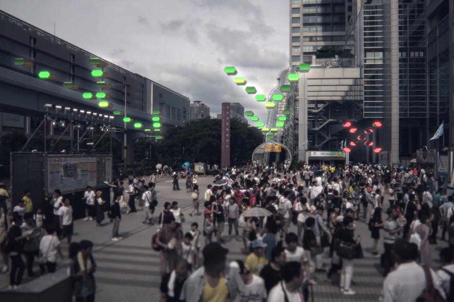 Ein mögliches Szenario, in dem schwarmintelligente Beschilderung Menschen in die richtige Richtung führt. Credit: Ars Electronica Futurelab/NTT